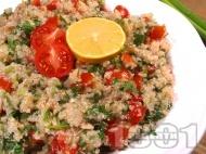 Свежа вкусна салата с киноа, риба тон, чери домати и магданоз